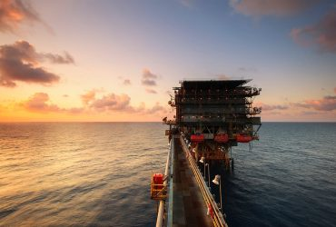 Oljerigg i solnedgang